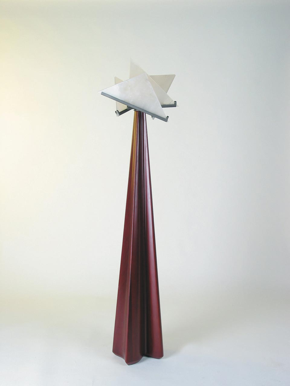 Lampadaire rouge design Pierre Chareau . Contract&More.