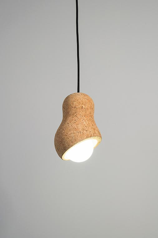 Petite suspension design, en liège, forme arachide. Dark.