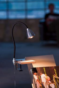 Athene puissante lampe  de bureau LED fixation par étrier flexible noir. Less 'n' More.