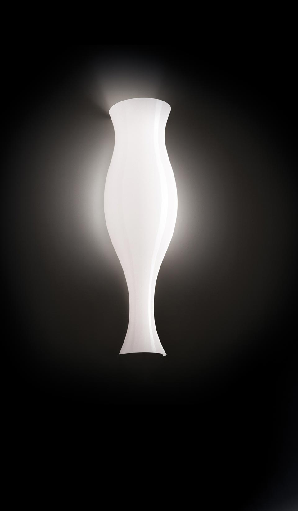 Applique Spring blanche forme vase antique. Leucos.