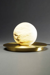 Lampe de table boule de marbre blanc Moons. Matlight.