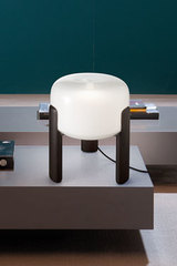 Sata white glass tripod table lamp. Vistosi.